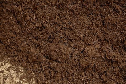 発酵が十分進むと、「堆肥」が完成。臭みもなく、良質な土の栄養源となります。